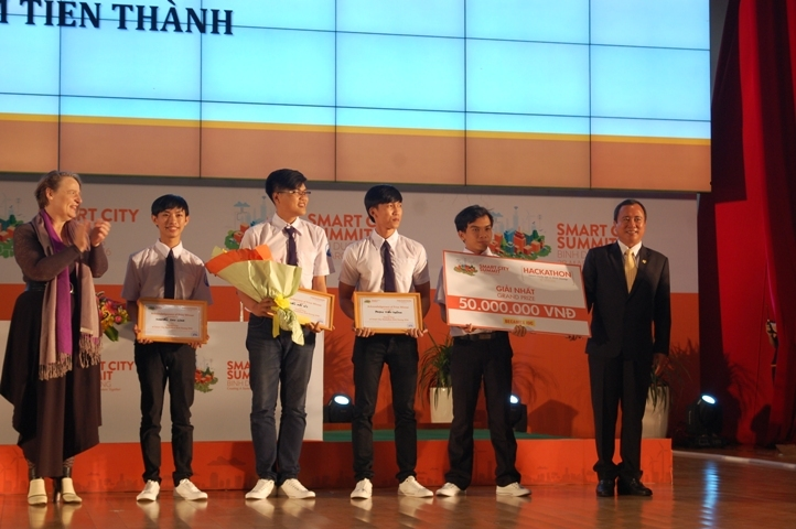 Students of Thu Dau Mot University win the highest prize of the programming contest Smart City Hackathon Binh Duong 2016